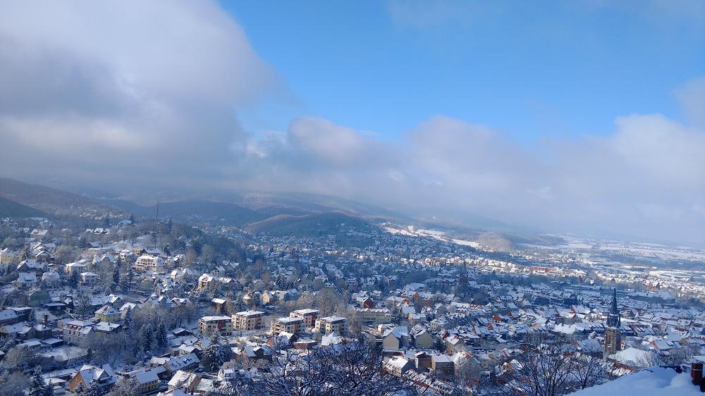 Blick über das verschneite Wernigerode im Harz